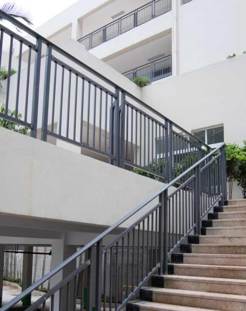 新型阳台护栏价格/庭院花园大门多少钱一平方/鸿图铁艺