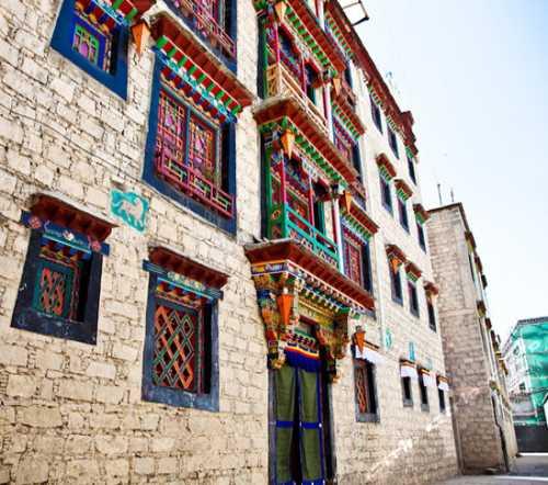 西藏旅店地点-财神庙扎基寺-西藏大雨酒业无限公司